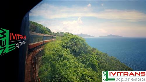 Ngắm Đèo Hải Vân đẹp lạ lùng từ góc nhìn tàu hỏa